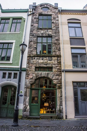 might be the most narrow building in the world! Can you really not beat this, Amsterdam?