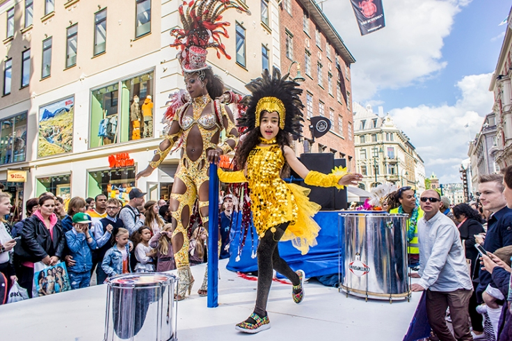 gull og glitter-kostymer på Oslo karneval
